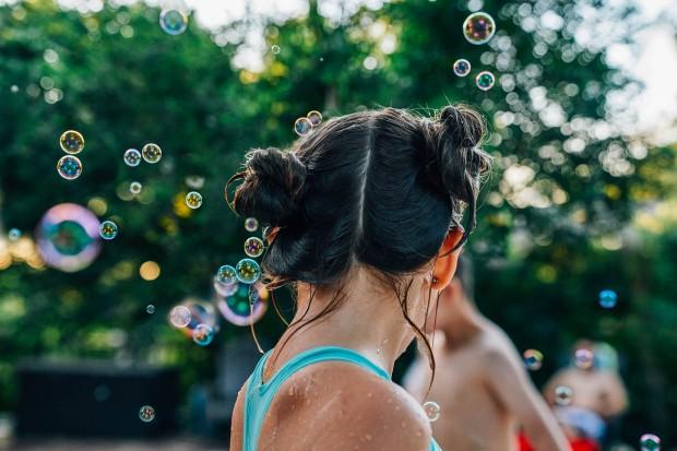 Back-of-girls-head-wet-bubbles-Inti-St-Clair-Lifestyle-John_House_Pool_0844-Edit